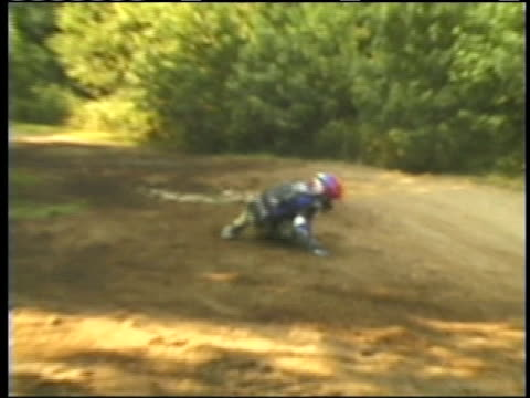 ms, pan, zi, ha, composite, man jumping on quad bike on dirt track falling of bike, walking away and sitting on ground recovering, usa - fahrzeug fahren stock-videos und b-roll-filmmaterial