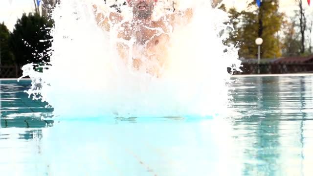 SUPER ZEITLUPE, HD: Mann springen aus dem Wasser