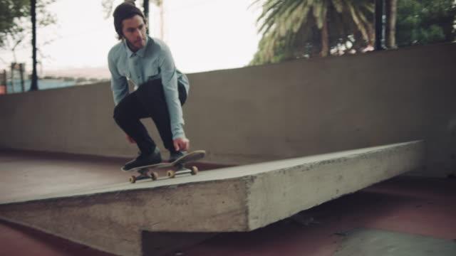 Mann, springen mit Skateboard