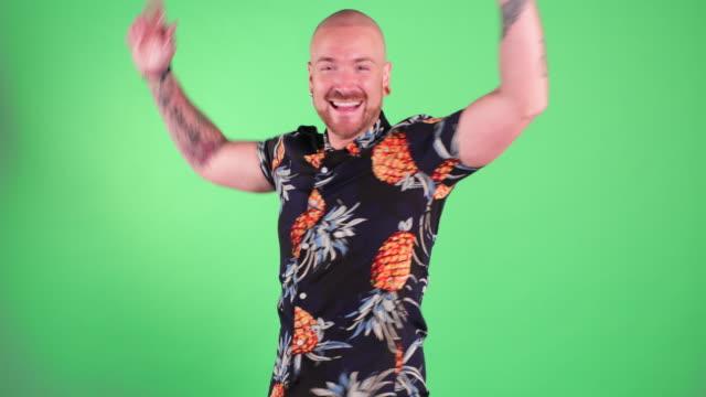 stockvideo's en b-roll-footage met man springt en draait in de lucht - extatisch