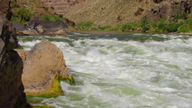 vídeos de stock e filmes b-roll de ws ts slo mo man kayaking through large rapid buried wave / grand canyon, arizona, usa  - só um homem de idade mediana