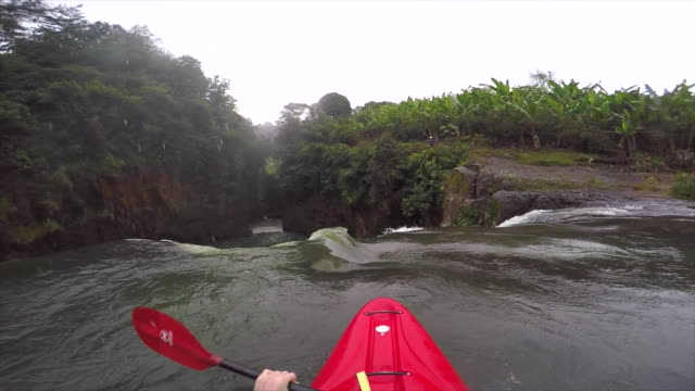 a man kayaks down a waterfall on a river. - wildwasser fluss stock-videos und b-roll-filmmaterial