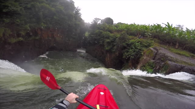a man kayaks down a waterfall on a river. - kajakdisziplin stock-videos und b-roll-filmmaterial