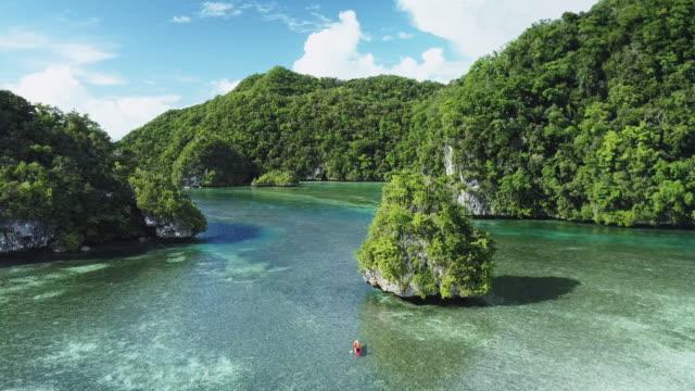 vídeos y material grabado en eventos de stock de a man kayaks in the rock islands / koror, palau - un solo hombre maduro