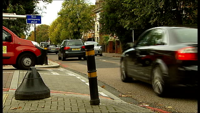 stockvideo's en b-roll-footage met man killed by hitandrun incident in south london england london wandsworth ext sign for 'magdalen road' traffic along car waiting at junction general... - wandsworth