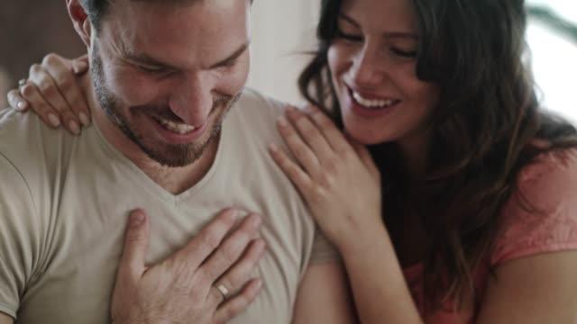mann küssen und reiben nasen mit seiner frau nach dem öffnen seiner valentinstag geschenk gab sie ihm - valentinstag stock-videos und b-roll-filmmaterial