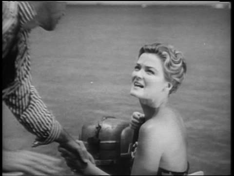 stockvideo's en b-roll-footage met b/w 1961 man kissing woman (betsy jones-moreland?) attacked by monster by water - dood begrippen