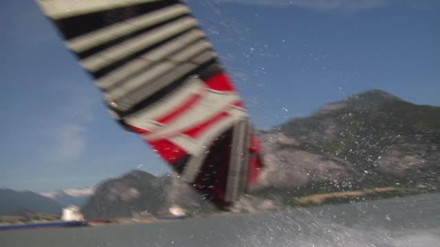 vídeos de stock e filmes b-roll de slo mo ws ts man kiteboarding in howe sound /  sea-to-sky region, british columbia, canada - só um homem de idade mediana