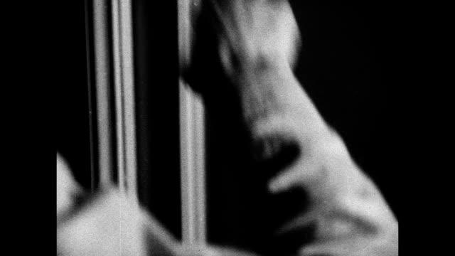 vídeos de stock, filmes e b-roll de hd night man knocking on interior cabin doors crew member speaking hands knocking person running down steps panic xws ss morro castle burning... - negativo tipo de imagem