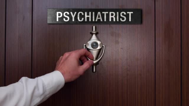 vídeos de stock, filmes e b-roll de homem batendo na porta do psiquiatra - profissional de saúde mental