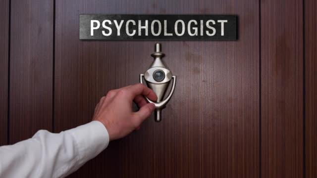 vidéos et rushes de homme frappe à la porte de la psychologue - psychiatrie