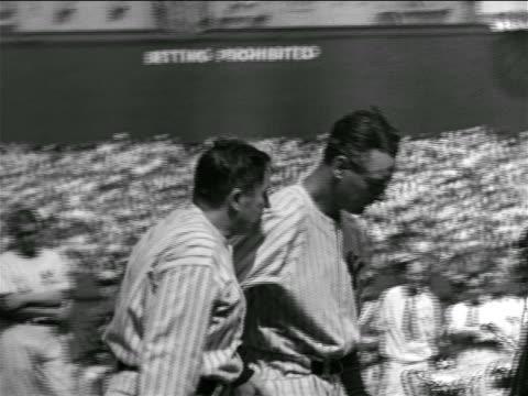 vídeos y material grabado en eventos de stock de b/w 1939 man leading solemn lou gehrig to microphone in crowded stadium / farewell speech - uniforme de béisbol