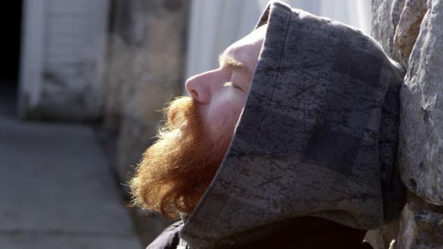 vídeos y material grabado en eventos de stock de man leaning head back on rock wall breathing in the cold air - ojos cerrados
