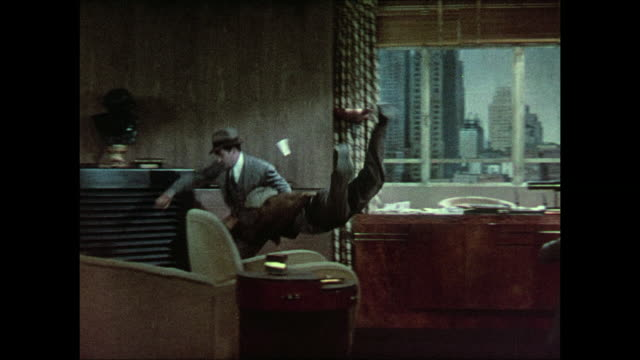 stockvideo's en b-roll-footage met 1937 man leaps to attack a surprised reporter in news editor's office - verwijten