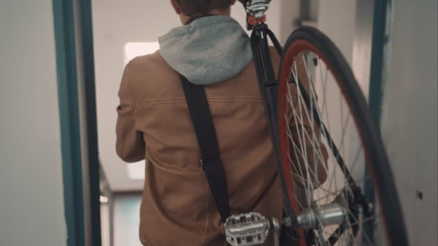stockvideo's en b-roll-footage met man leaving home with bike - huis interieur