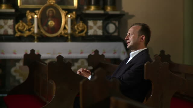 hd dolly: mann sie die kirche nach beten - kreuzbein stock-videos und b-roll-filmmaterial