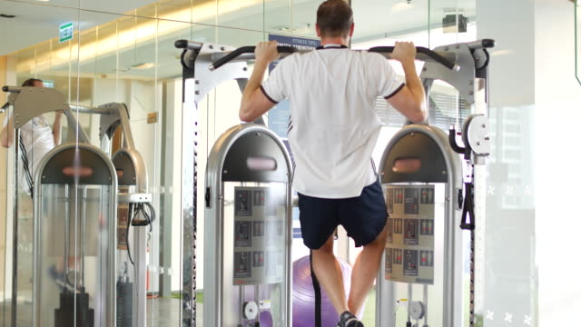menschen sie lift körper im fitness-studio - handgewicht stock-videos und b-roll-filmmaterial