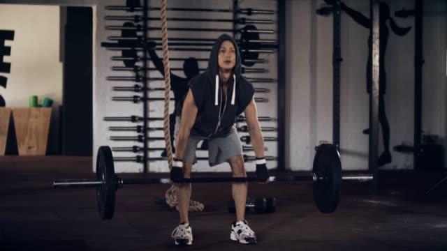 mann heben hanteln im fitnessstudio - sich verschönern stock-videos und b-roll-filmmaterial