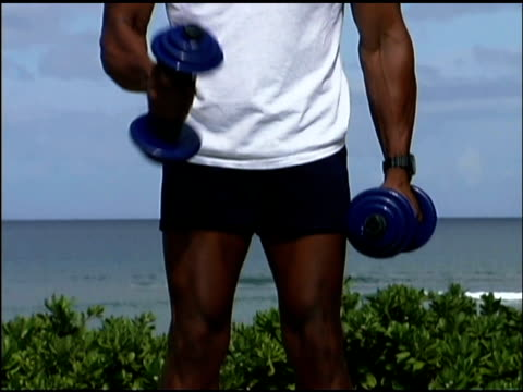 vidéos et rushes de man lifting weights outdoors - un seul homme d'âge moyen