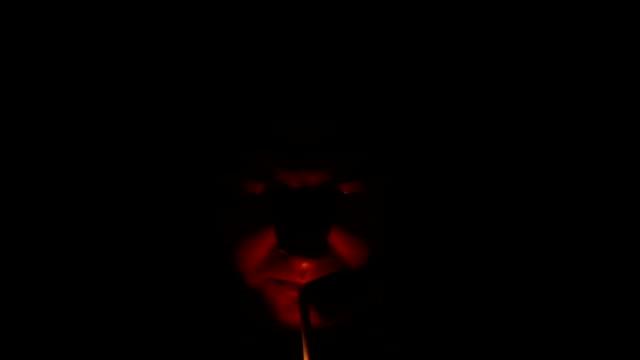 mann, die beleuchtung eine zigarre - smoking stock-videos und b-roll-filmmaterial