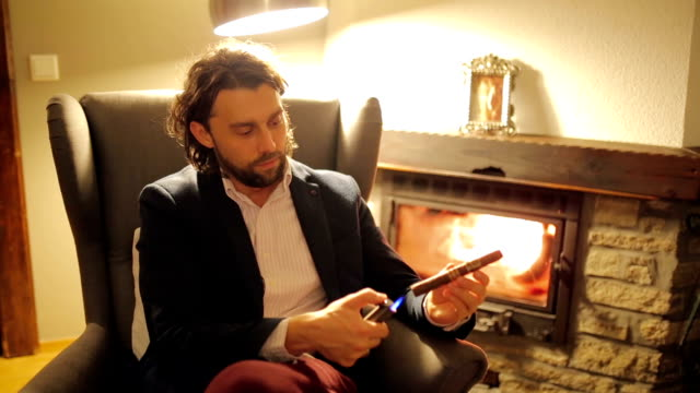 男性彼のシガー照明 - 椅子点の映像素材/bロール