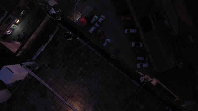 mann zündet die zigarette auf dem dach an - feuerzeug stock-videos und b-roll-filmmaterial