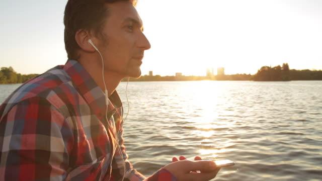 男性の音楽をお聴きになったり、公園日没にます。