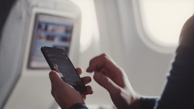 vídeos de stock e filmes b-roll de man listening music in corporate jet - ecrã tátil