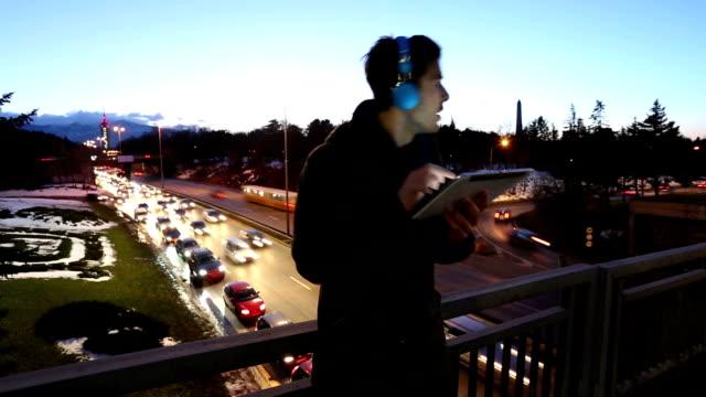 vídeos de stock, filmes e b-roll de homem ouvindo música e surfando na net - surfando na net