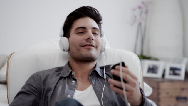 man listening to music - mp3 player stock videos & royalty-free footage