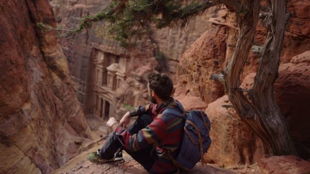 男がペトラのアル khazneh 見て - ヨルダン点の映像素材/bロール
