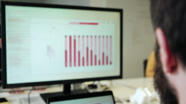 stockvideo's en b-roll-footage met man looking at graphs - scherpte verlegging