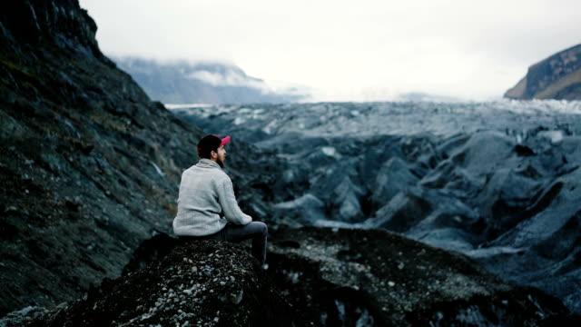 Man op zoek naar de Skaftafellsjökul gletsjer in Bergen