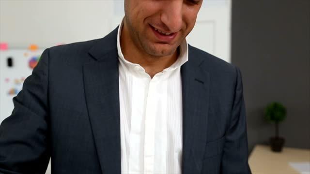 vídeos y material grabado en eventos de stock de hombre buscando en los archivos - vestimenta de negocios formal