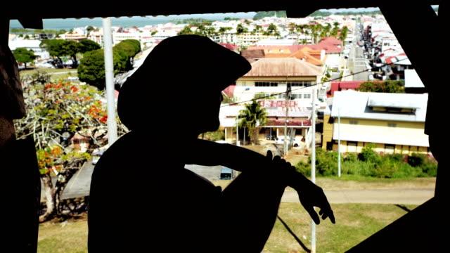 Menschen betrachten. Schwarze Silhouette, Panorama der Stadt im Hintergrund