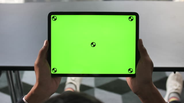 vídeos de stock e filmes b-roll de man looking digital tablet green screen - monitor de computador