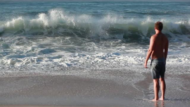 vidéos et rushes de ms man looking out at ocean / montezuma, puntarenas, costa rica - kelly mason videos