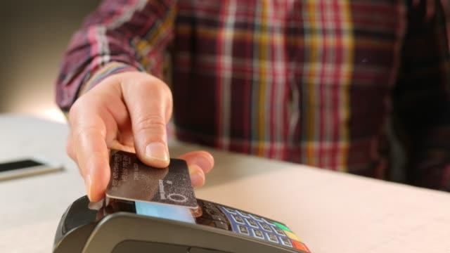 vidéos et rushes de slo missouri homme faire la nfc paiement par carte de crédit - carte de crédit