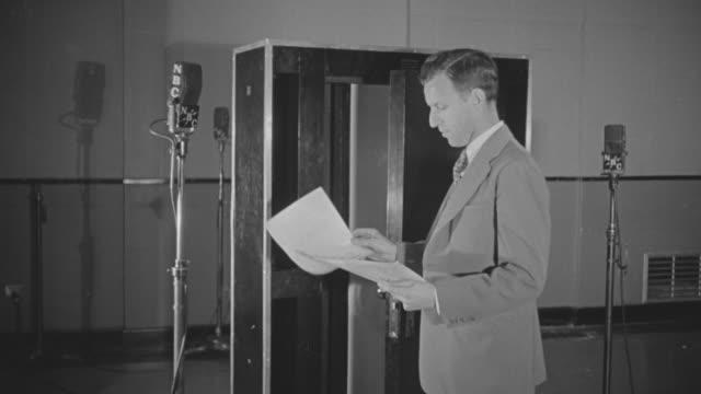 stockvideo's en b-roll-footage met ms man making announcement at mic stand - aankondigingsbericht