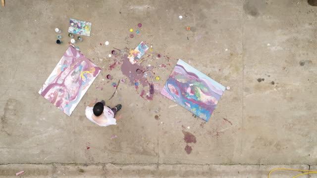 Der Mensch macht Kunst im freien
