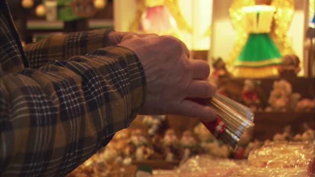 vídeos y material grabado en eventos de stock de cu man making christkind figurine / nuremberg, bavaria, germany - figura femenina