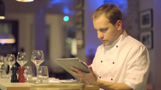 stockvideo's en b-roll-footage met ms man making payment through credit card reader in restaurant - overhemd en stropdas
