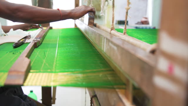 man making sari, indian clothing, using traditional loom - tradition stock-videos und b-roll-filmmaterial