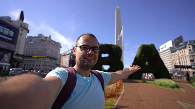 stockvideo's en b-roll-footage met mens die selfie met obelisk van buenos aires maakt - obelisco de buenos aires