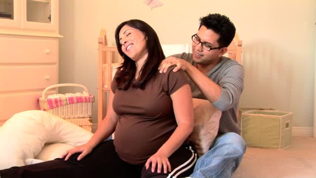 vidéos et rushes de man massaging pregnant woman's back - massage femme enceinte