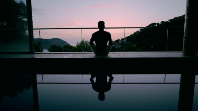menschen, die meditieren im sonnenlicht - augen geschlossen stock-videos und b-roll-filmmaterial