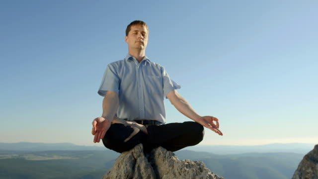 hd dolly: man meditating on the cliff - alternative lifestyle stock videos & royalty-free footage