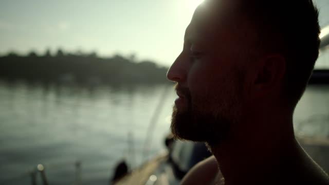 vídeos y material grabado en eventos de stock de hombre meditando en yate. retrato. - respirar