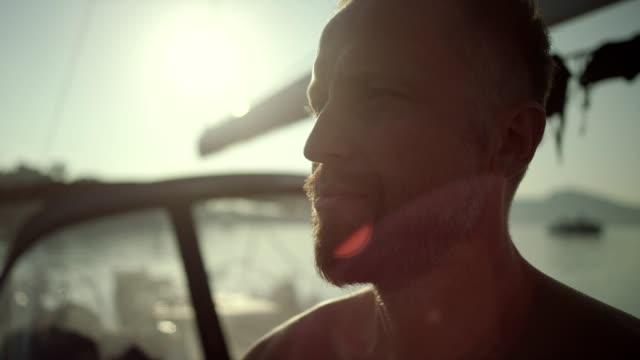 vidéos et rushes de en méditant sur l'yacht de l'homme. portrait. - respirer