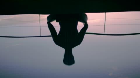 vidéos et rushes de méditation de l'homme. réflexion de silhouette - bouddhisme